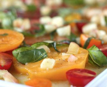 Receta de ensalada de tomate con vinagreta de melocotón y albahaca